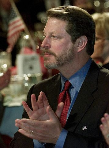 GORE APPLAUDS DURING POLITICAL DINNER INTRODUCTIONS IN IOWA